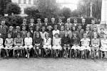 Skupinová fotografie jedné ze tříd místní školy. Konec 40. let.