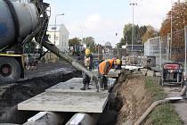 Práce na výměně potrubí kanalizačního sběrače v centru Karviné.