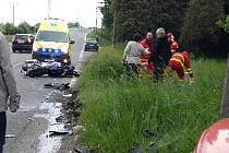Místo dopravní nehody motocyklisty a osobního automobilu.