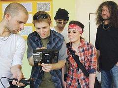 Režisér Lukáš Bulava se svým filmovým týmem.