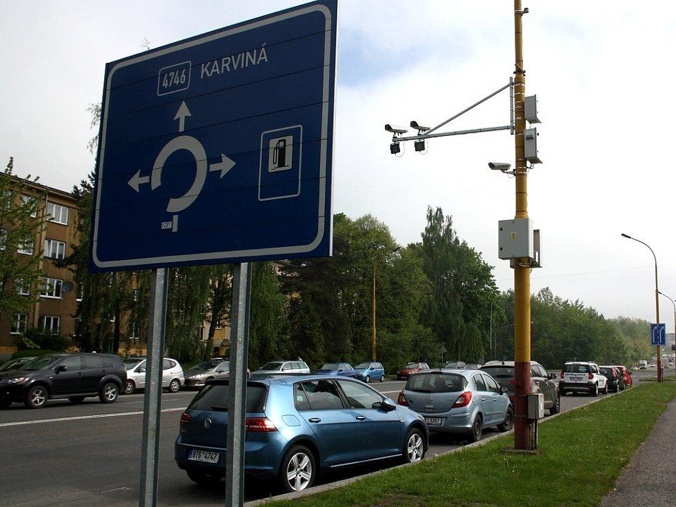 Kamery pro úsekové měření rychlosti vozidel na Dělnické ulici v Havířově.