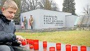 Studenti si u památníku na hřbitově v Orlové připomněli památku českých vojáků padlých v Sedmidenní válce o Těšínsko.