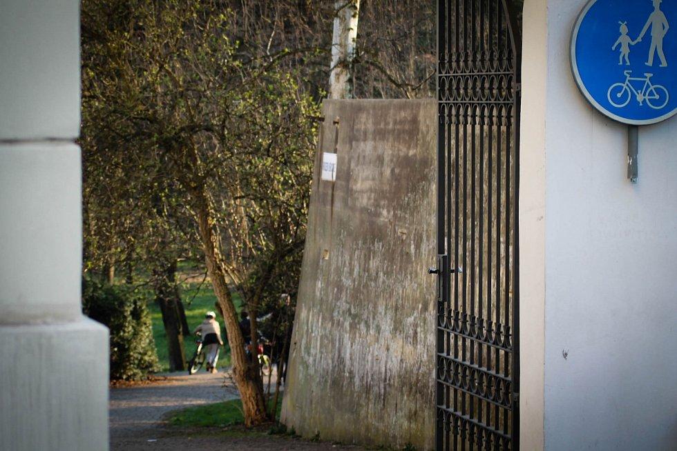 Hádanka č. 19: Klika od brány při vstupu do parku Boženy Němcové.