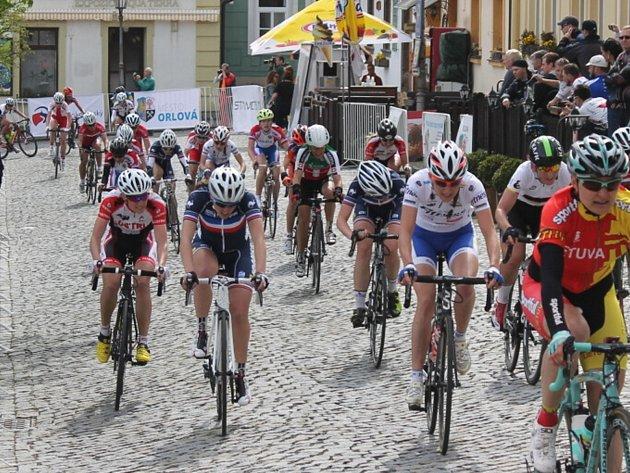 Cyklistky zvládly během soboty dvě etapy.
