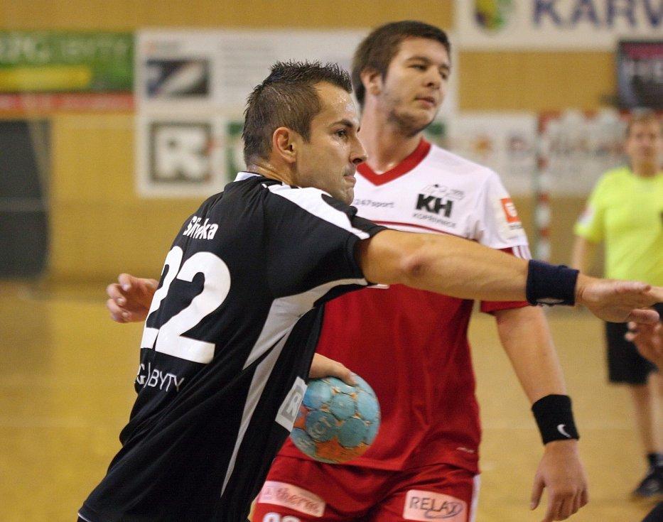 Karvinští házenkáři (v černém) zdolali v derby Kopřivnici.