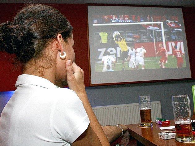 Fotbalové mistrovství zřejmě restauracím přinese zisky. Řada fanoušku bude společně fandit v hospodě u piva. Ženy nevyjímaje.