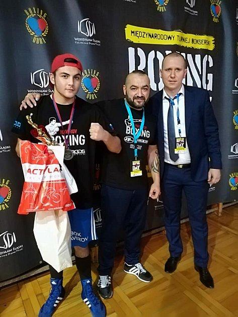 David Polák (zcela vlevo) byl vyhodnocen jako nejlepší mládežník turnaje. Vedle něj trenér Jaroslav Kubíček.