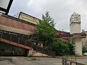 Pohled z nádvoří budovy polského gymnázia. Například vyhlídková věž bude zcela stržena.