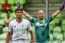 Fotbalový útočník Michal Papadopulos (vlevo) a gólman Petr Bolek budou i v příští sezoně oblékat dres Karviné. S vedením slezského klubu podepsali nové roční smlouvy.