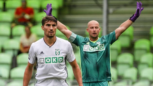 Fotbalový útočník Michal Papadopulos (vlevo) a gólman Petr Bolek (za ním) budou i v příští sezoně oblékat dres Karviné. S vedením slezského klubu podepsali nové roční smlouvy.