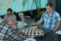 Josef Lys (vlevo) získal důležitý bod ve Zlíně, když vyhrál nad Pavlem Dubinou.