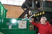 Dotřiďovací linka Technických služeb Havířov. Pavel Doležal ukazuje nový lisovací stroj.