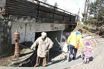 Podchod zvaný Demelloch má dnes po rekonstrukci sice například nový nátěr na zdech , tamní schodiště ale lidé musí zdolávat stejně těžce, jako před rekonstrukcí.