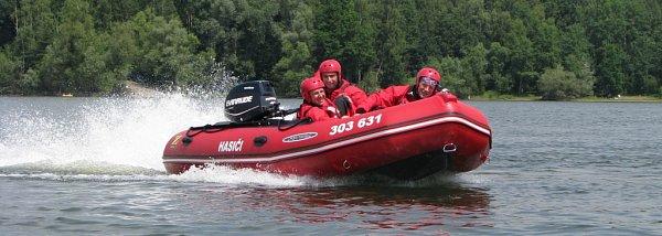 Motorový člun hasičů na hladině Těrlické přehrady.