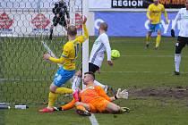 Fotbalisté Karviné (v bílém) remizovali v Teplicích 2:2 (30. ledna 2021, utkání 17. kola FORTUNA:LIGY).