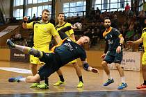 Házenkáři Baníku (při střelbě Libor Hanisch) si zahrají koncem ledna o pohár v Brně.