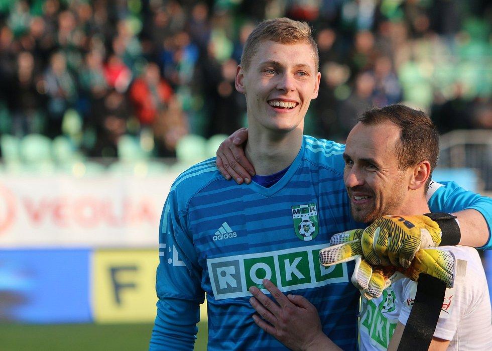 Vladimír Neuman, brankář fotbalové Karviné. Vpravo Jan Moravec.