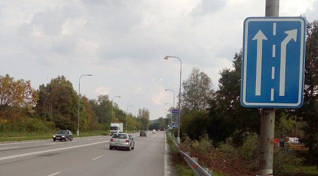 Vorlovské části frekventované Ostravské ulice došlo kúpravě vorganizaci dopravy. Původně průběžný jízdní pruh je již několik týdnů pruhem odbočovacím.