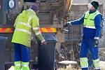 V první linii boje s koronavirem jsou lékaři, policisté, vojáci, komunální politici, ale i popeláři, kteří den co den objíždějí obce a města, aby ty nezůstaly zavaleny odpadky.