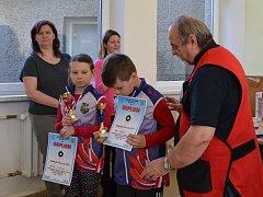 Hlavní rozhodčí Ladislav Novák předává poháry nejmladším přeborníkům.