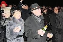 Příchod nového roku očekávali účastníci akce s připraveným šampaňským.