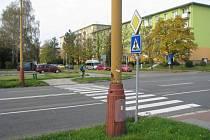Přechod pro chodce přes Dělnickou ulici.