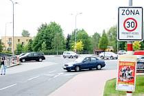 Na parkovišti platí přednost zprava. Pro řidiče však může být dopravní situace matoucí.