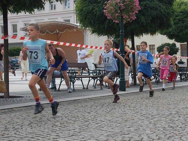 """Městský běh Karvinou pamatoval i na děti, které """"obkroužily"""" kolečko kolem náměstí."""
