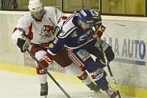 Karvinští hokejisté (v modrém) prohráli pod dohledem svých fanoušků v Opavě.