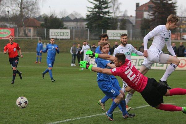 Karvinští fotbalisté (vbílém) vydřeli výhru nad Vlašimí.