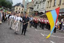 25. ročník Svátku Tří bratří zahájily v pátek tradiční slavnostní průvody z Českého Těšína a Cieszyna, které se setkaly na mostě Družby.