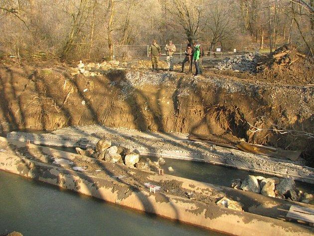 Rybáři kritizují průběh stavby vřece Lučině.
