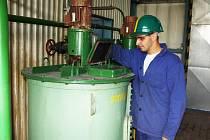 Michal Gorgol musí pravidelně kontrolovat stav chemikálií, které se na čističce používají.
