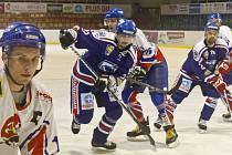 Hokejový duel Karviná (v modrém) - Nový Jičín.