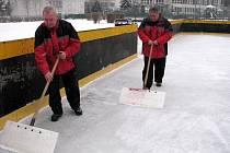 Pracovníci Správy sportovních a rekreačních zařízení upravují ledovou plochu na přírodním kluzišti u ZŠ Gen. Svobody.