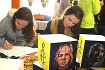 Studenti karvinského gymnázia psali dopisy nespravedlivě vězněným lidem.