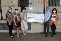 Zástupci společnosti Gates Hydraulics z Karviné předali šek s finančním darem havířovskému dobrovolnickému centru ADRA.