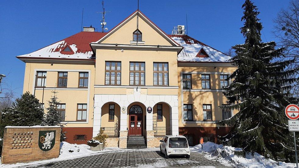 Hornická obec Stonava před 30 lety doslova vstala z popela. Dnes má necelých 2000 obyvatel a velmi dobrou infrastrukturu. Budova radnice.