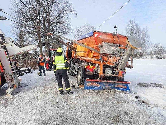 Dvě jednotky profesionálních hasičů vyprošťovaly v Havířově-Dolní Suché posypové vozidlo Man, které na úzké zasněžené komunikaci sjelo částečně do příkopu při míjení se s osobním vozidlem a hrozilo jeho převrácení. 18. ledna 2021.le
