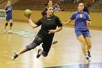 Hana Kovářová (s míčem) a její spoluhráčky z Karviné vyhrály zápas s Velkým Meziříčím.