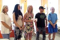 Předání šeku s výtěžkem sbírky z festivalu Rocktherapy. Zleva: Jaroslava Koběrská, Petra Paderová, Izabela Kapiasová, Ivan Jekielek a Rostislav Václavek.