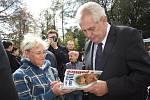 Prezident Zeman při návštěvě Petrovic a setkání s tamními občany.
