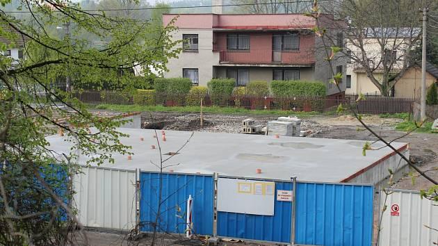 V Petrovicích se staví od základů nové kulturní centrum. Původní budovu musela obec nechat neplánovaně celou strhnout.