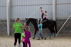 Ukázka tréninku voltiže v havířovské jízdárně.