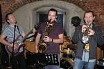 Také do dávného podzemí Fryštátu zavítala karvinská kapela All Skapone´s při natáčení nového klipu. Po pátečním natáčení pak kapela vylezla ze sklepa a odehrála koncert v legendární pivnici Na Bečkách.