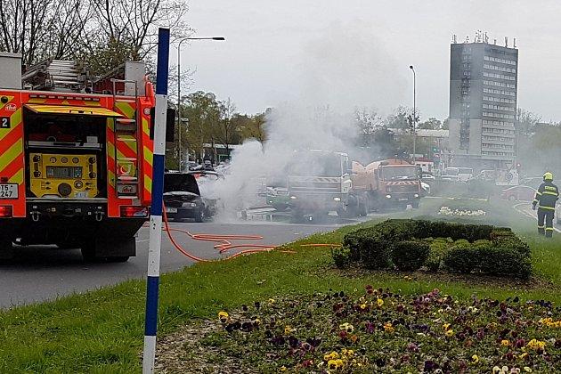 Požár osobního automobilu u velkého kruhového objezdu v Havířově.