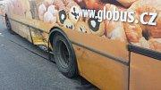 Srážka osobního auta s autobusem.