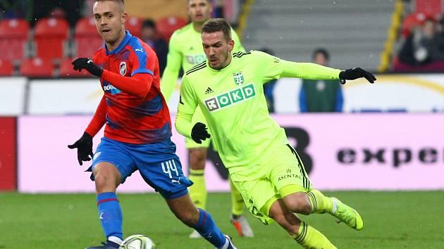 Dávid Guba (vpravo) během utkání v Plzni.