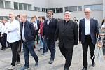 Kněz Petr Prokop Siostrzonek (druhý zprava) byl hostem slavnostního poklepání základního kamene nové tělocvičny českotěšínského gymnázia. Školy, kterou sám v sedmdesátých letech studoval  a absolvoval.