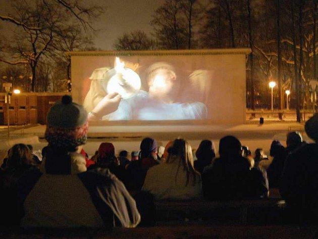 Sledování filmu pod noční oblohou.